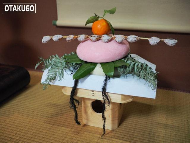 Kagami mochi được đặt ở nhiều nơi khác nhau trong nhà vào ngày Tết, thường là bàn thờ Thần đạo, góc nhà, căn bếp... Ảnh: ishikawa19.