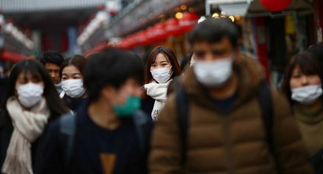 Du khách đeo khẩu trang tại Tokyo, Nhật Bản (Ảnh: Reuters)
