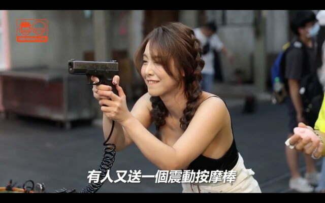Mặc dù rất tập trung, nhưng khả năng nhắm bắn của cô nàng có vẻ hơi tệ thì phải