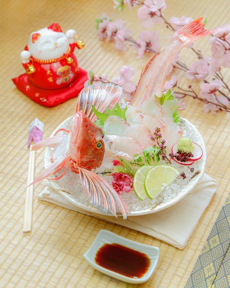 Houbou Sugata Zukuri là món ăn đặc biệt vì thịt cá phi lê trang trí cùng bộ xương với đôi cánh xoè như đoá hoa.